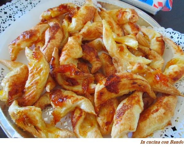 Piccoli cornetti con marmellata di albicocche