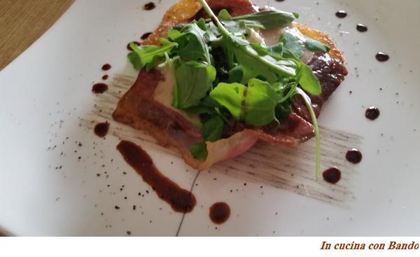 Prosciutto crudo all'aceto balsamico, parmigiano e rucola su letto di patate sabbiate