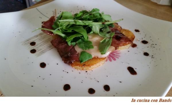 Prosciutto crudo all'aceto balsamico, parmigiano e rucola su letto di patate sabbiate1